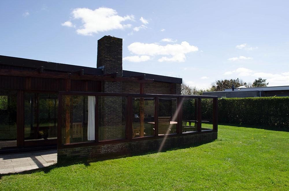 Terrasse mit verglastem Windschutz